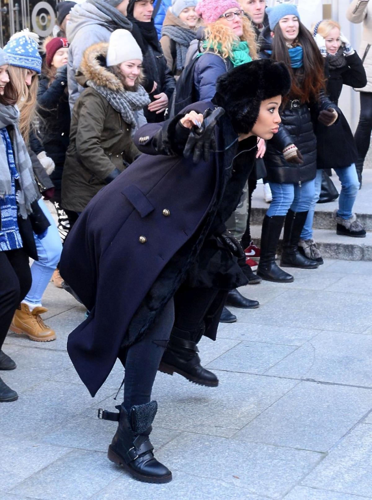 Patricia Kazadi w czarnym płaszczu