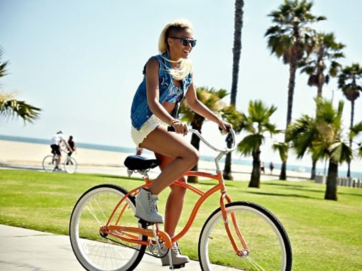 "Patricia Kazadi w sesji dla magazynu ""VIVA!"" na plaży w Los Angeles"