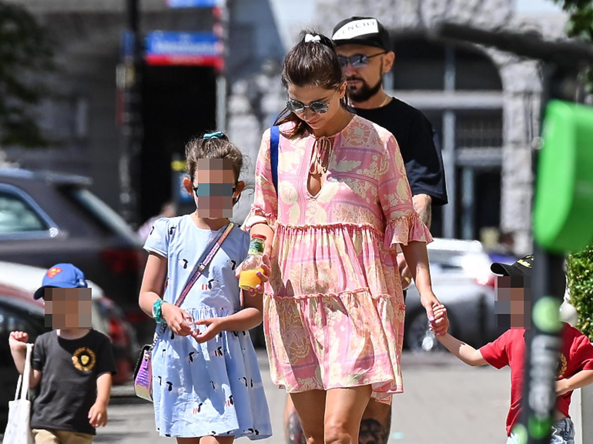 Patryk Vega z rodziną na spacerze