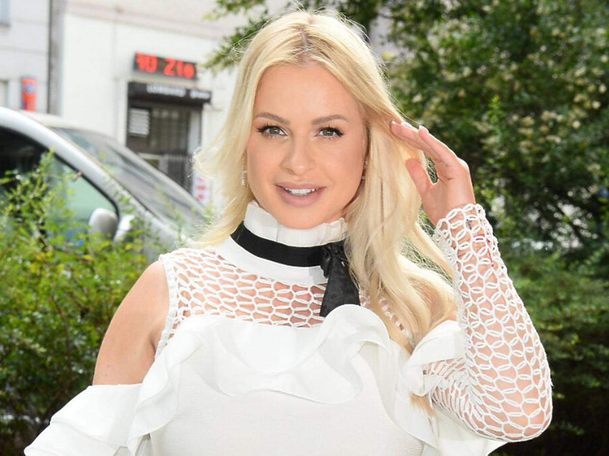 Paula Tumala w białej sukience