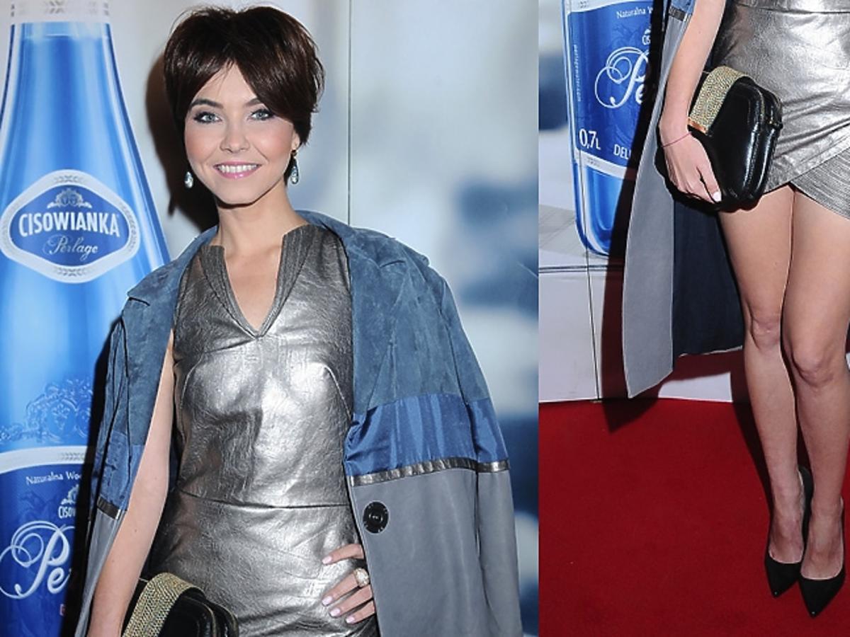 Paulina Drażba w metalicznej sukience, czarnych szpikach i torbie do ręki w szarno-niebieskim