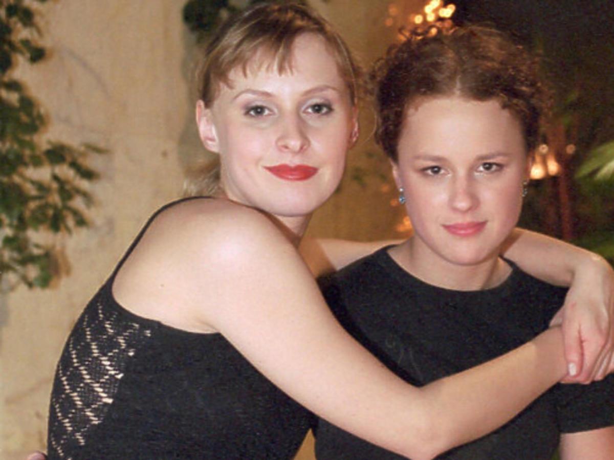 Paulina Holtz przytula Kaję Paschalską