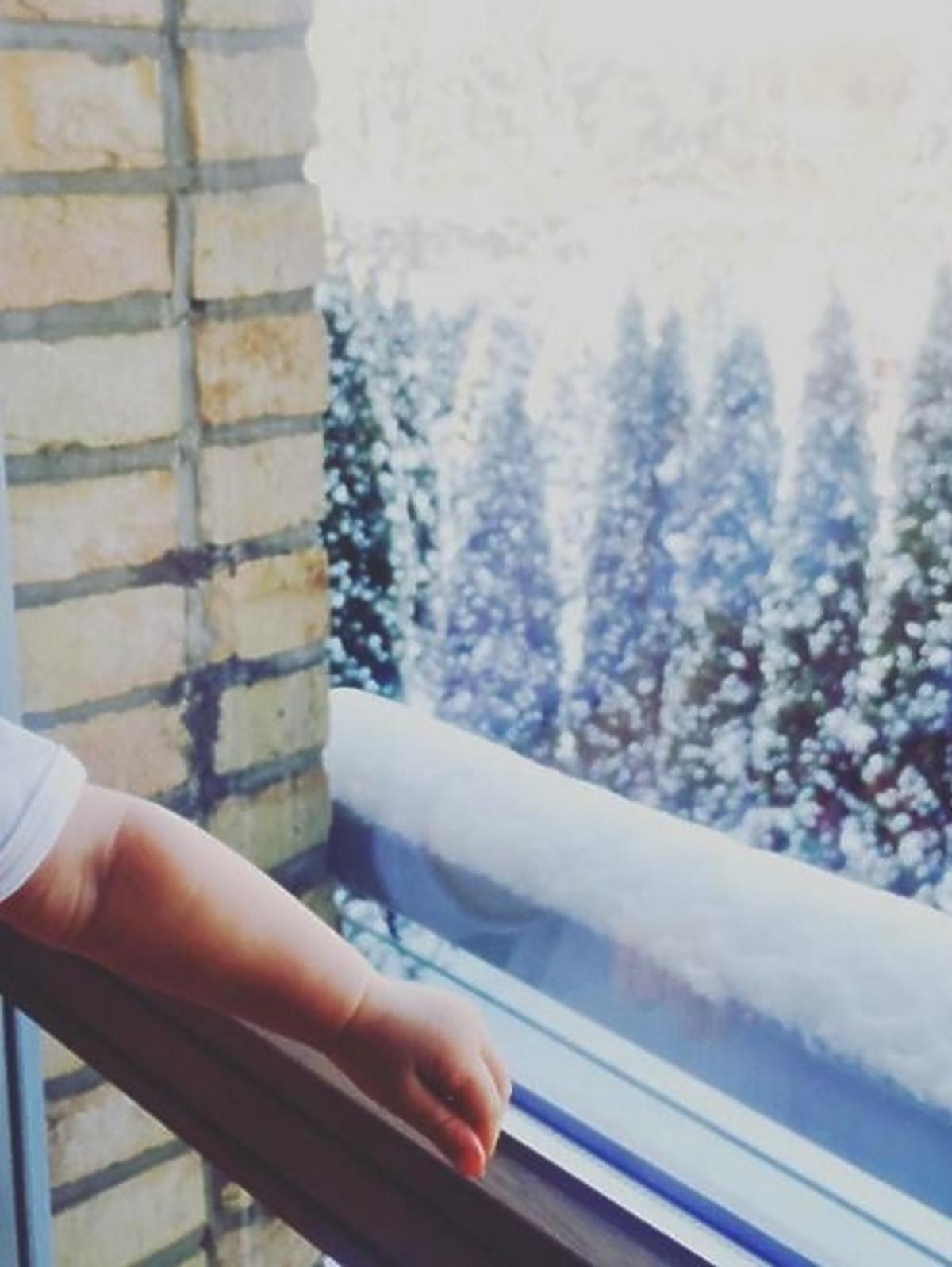 Paulina Krupińska pokazała rączkę córki na tle śniegu
