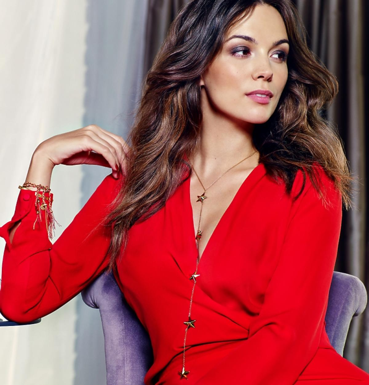 Paulina Krupińska w czerwonej sukience i złotej biżuterii
