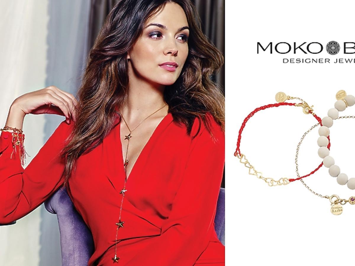 Paulina Krupińska w czerwonej sukience i złotej biżuterii, bransoletki z kulek i sznurków