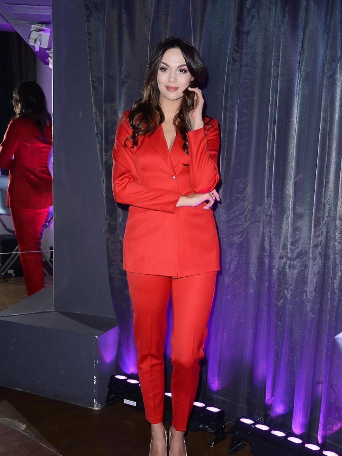 Paulina Krupińska w czerwonym garniturze