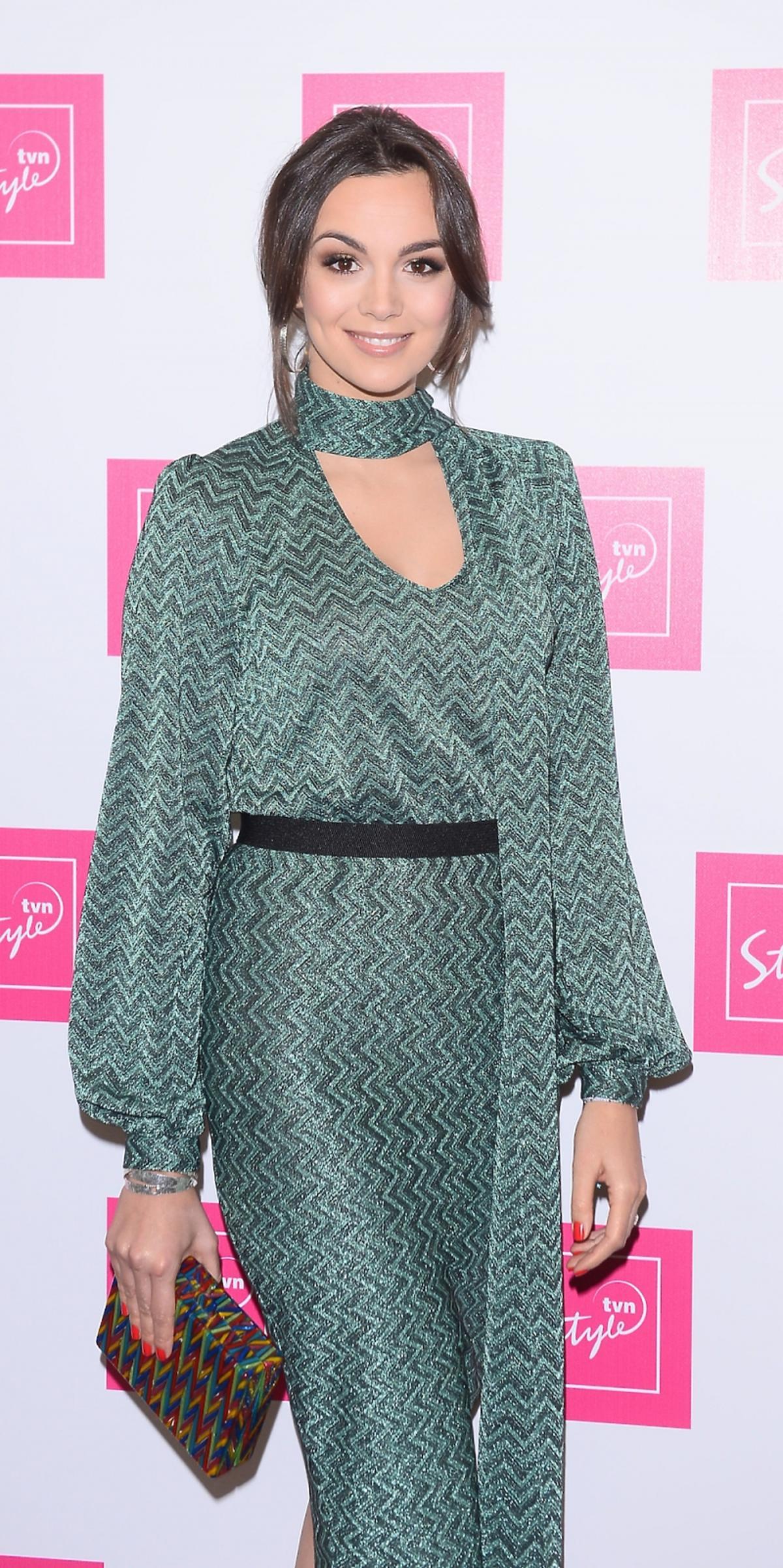 Paulina Krupińska w zielonej sukni we wzory z kolorową małą torebką