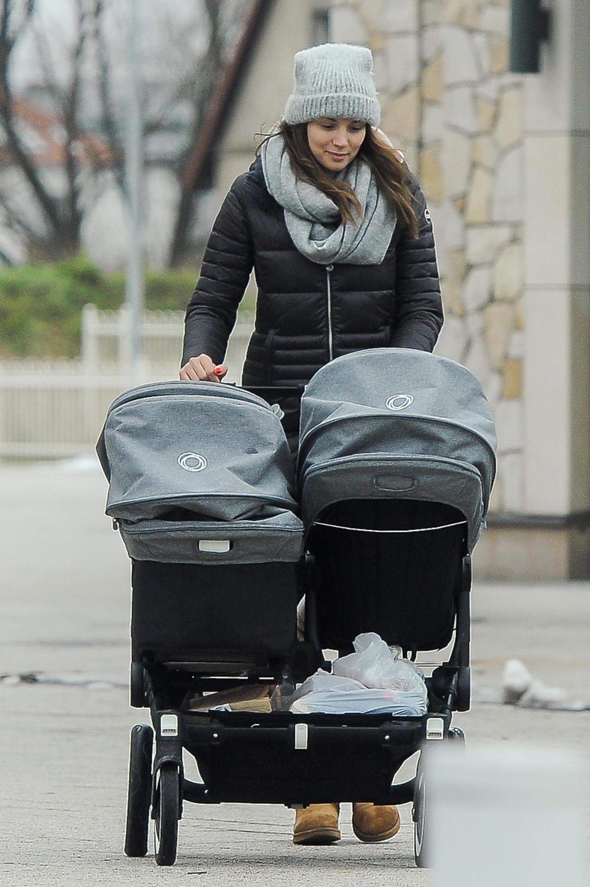 Paulina Krupińska z dziećmi na spacerze