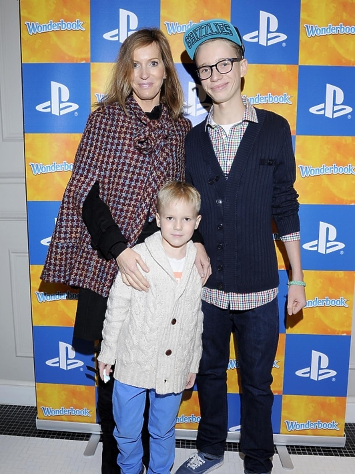 Paulina Smaszcz-Kurzajewska z dziećmi na premierze PlayStation 3 - Wonderbook: Księga Czarów