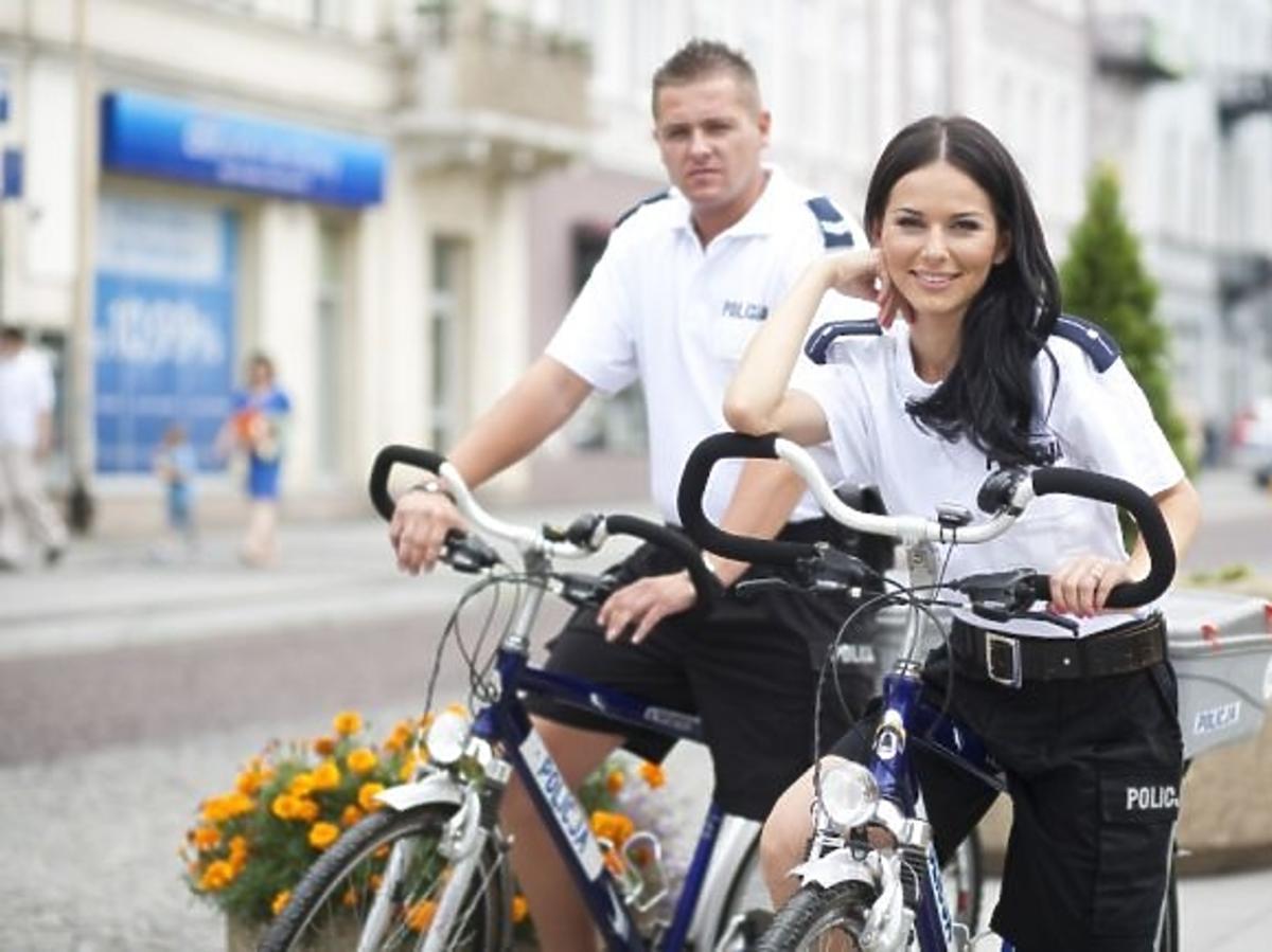 Paulina Sykut jako policjantka w charytatywnym kalendarzu Fundacji Pomocy Wdowom i Sierotom