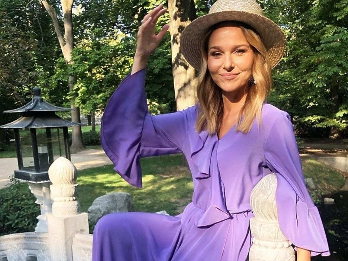 Paulina Sykut-Jeżyna pozuje w filoetowej sukni