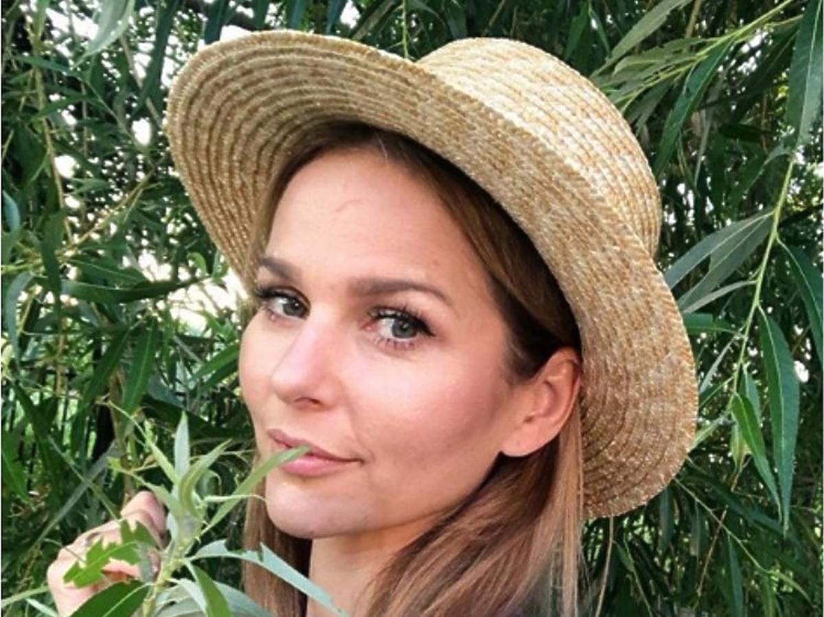 Paulina Sykut Jeżyna pozuje w kapeluszu słomkowym