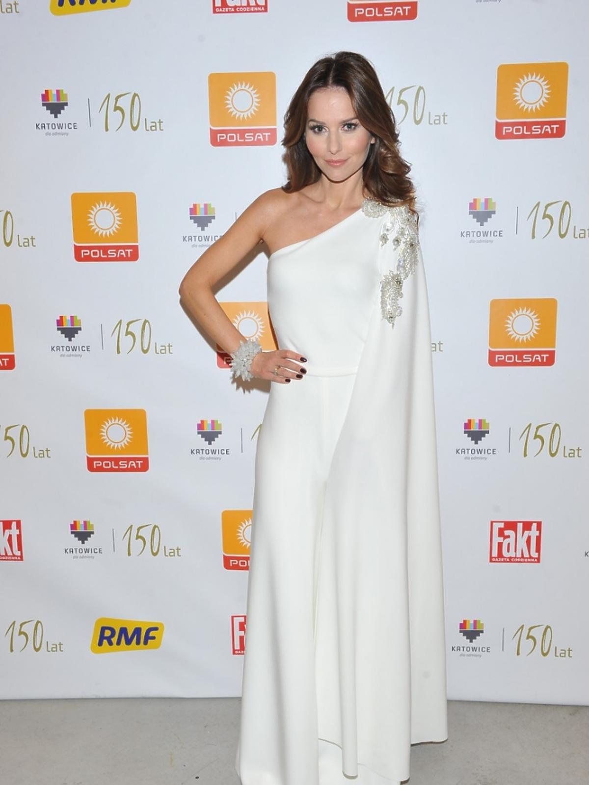 Paulina Sykut-Jeżyna w białej sukni w białej sukni na Sylwestrze Polsat w 2015