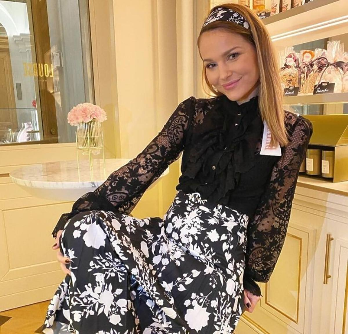 Paulina Sykut Jeżyna w spódnicy w kawiaty Bizuu