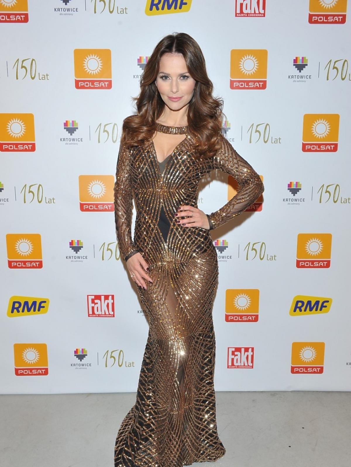 Paulina Sykut-Jeżyna w złotej sukni na Sylwestrze Polsat w 2015