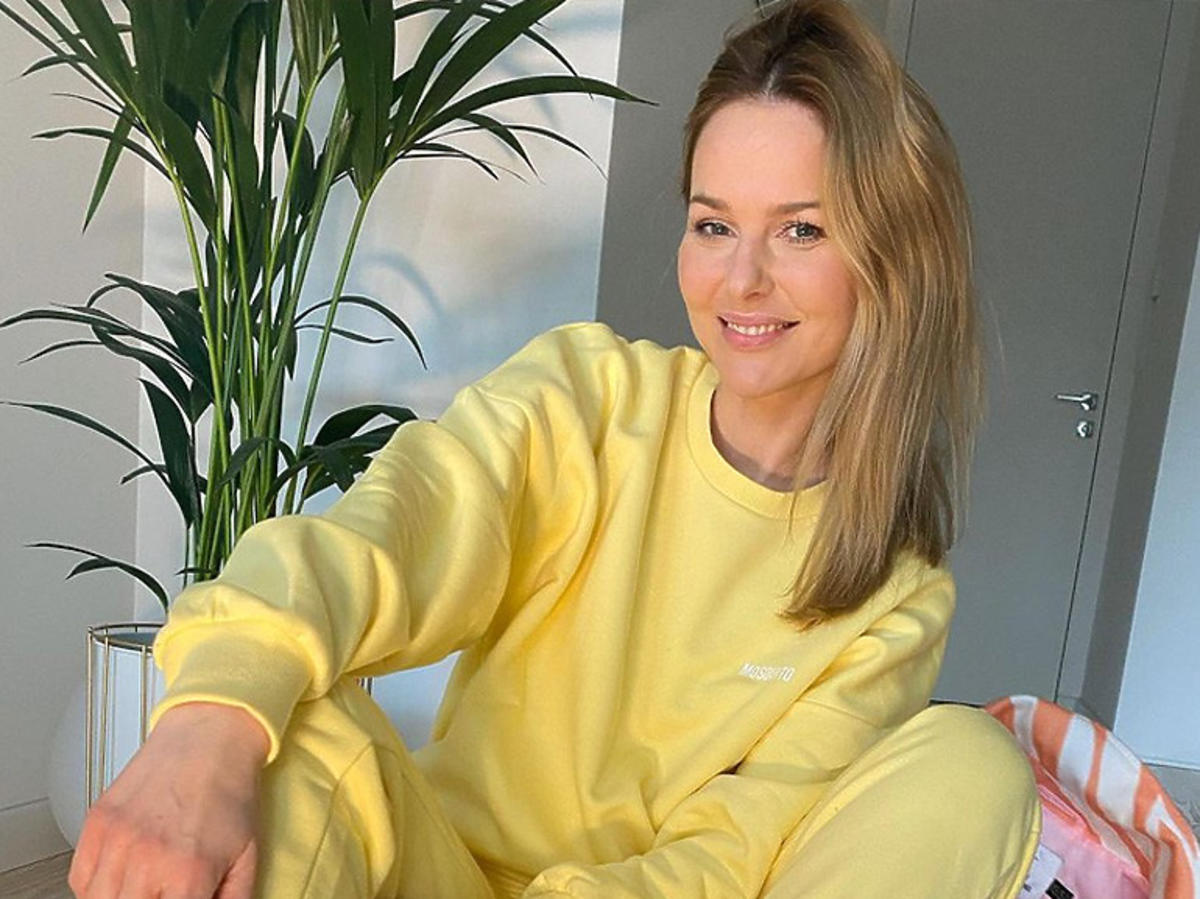 Paulina Sykut-Jeżyna w żółtym dresie i białych sneakersach