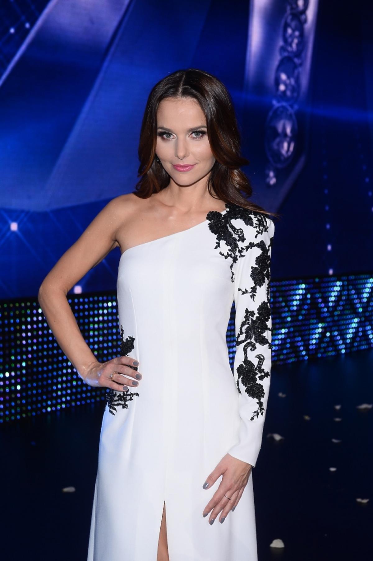 Paulina Sykut w białej długiej sukni ozdobionej czarną koronką