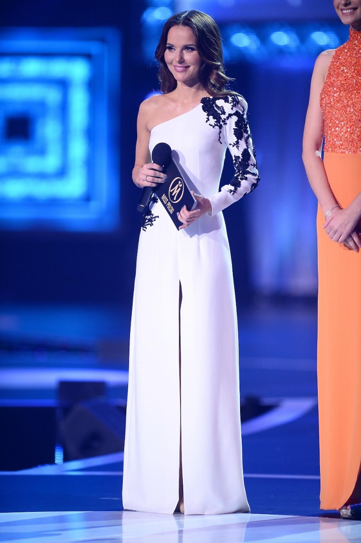 Paulina Sykut w białej długiej sukni z rozcięciem