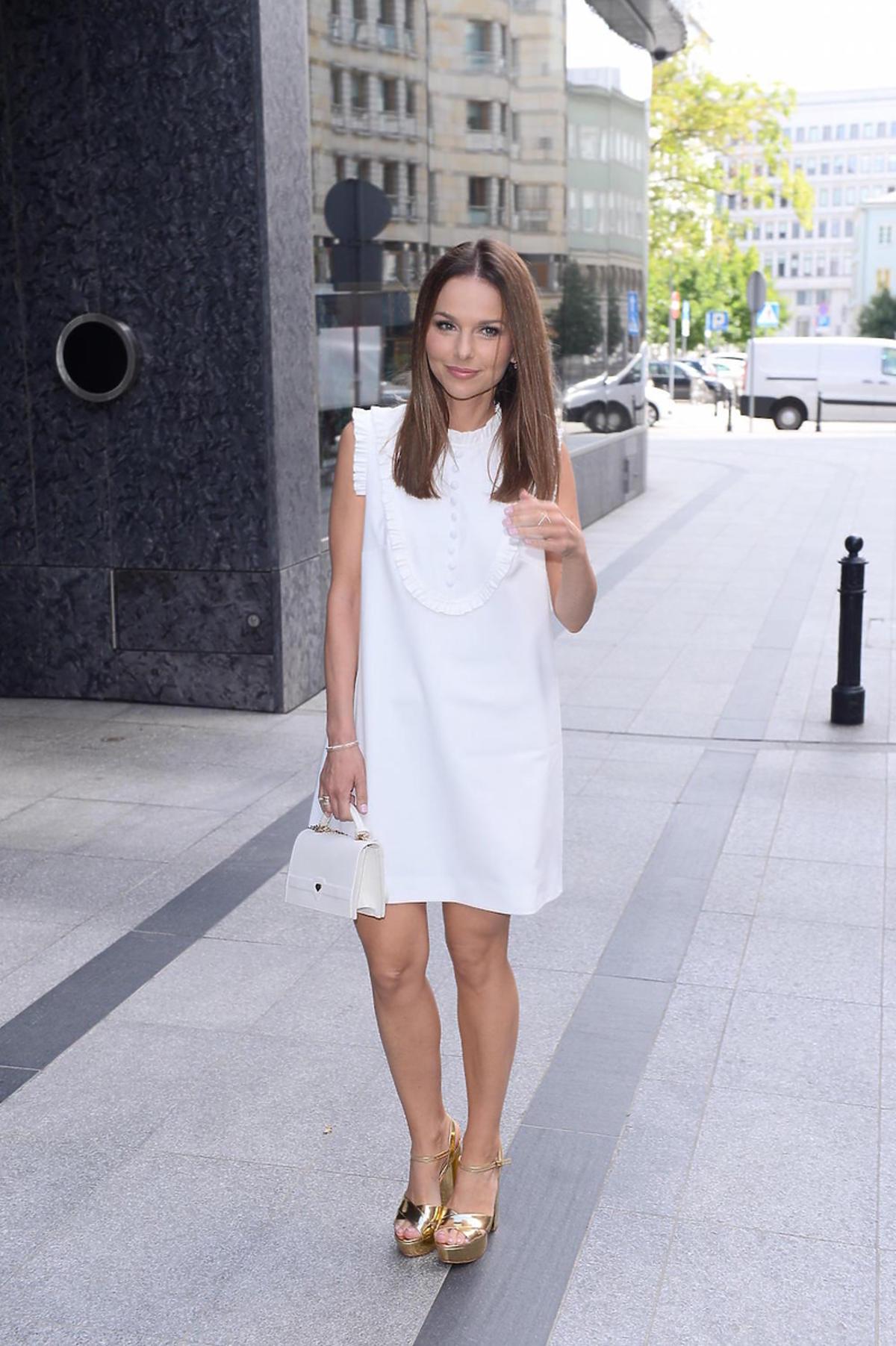 Paulina Sykut w białej sukience na prezentacji marki Badura