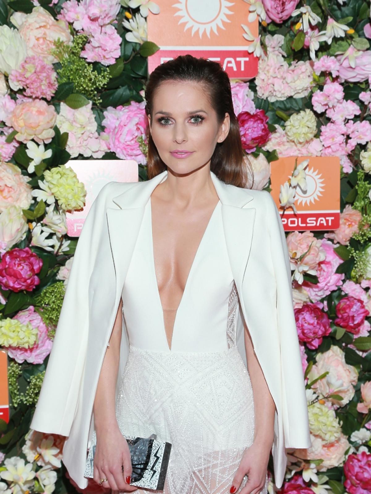 Paulina Sykut w białej sukni z dekoltem i koronkową spódnicą