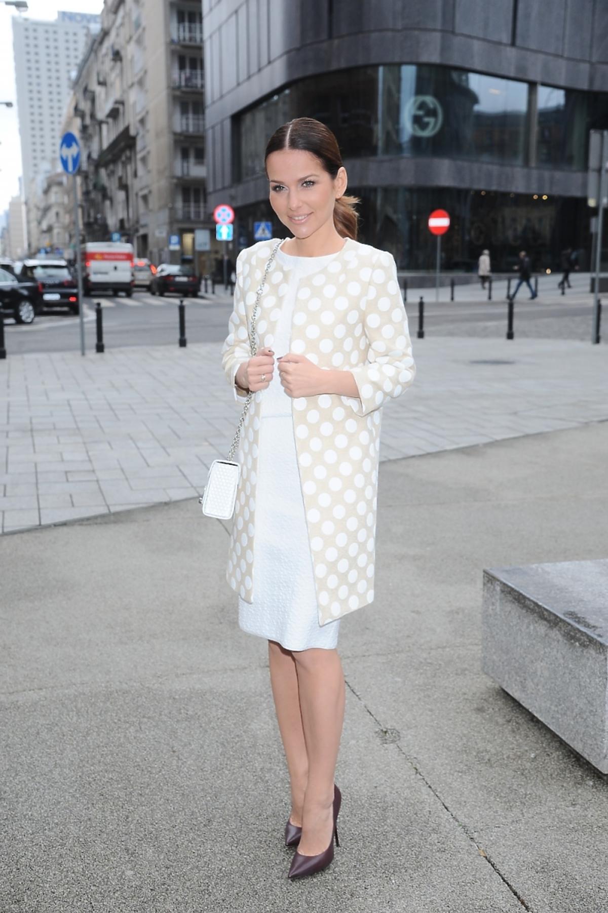 Paulina Sykut w białym płaszczu i sukience