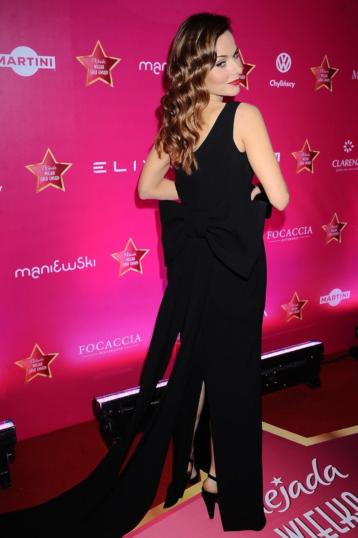 Paulina Sykut w czarnej sukni z kokardą
