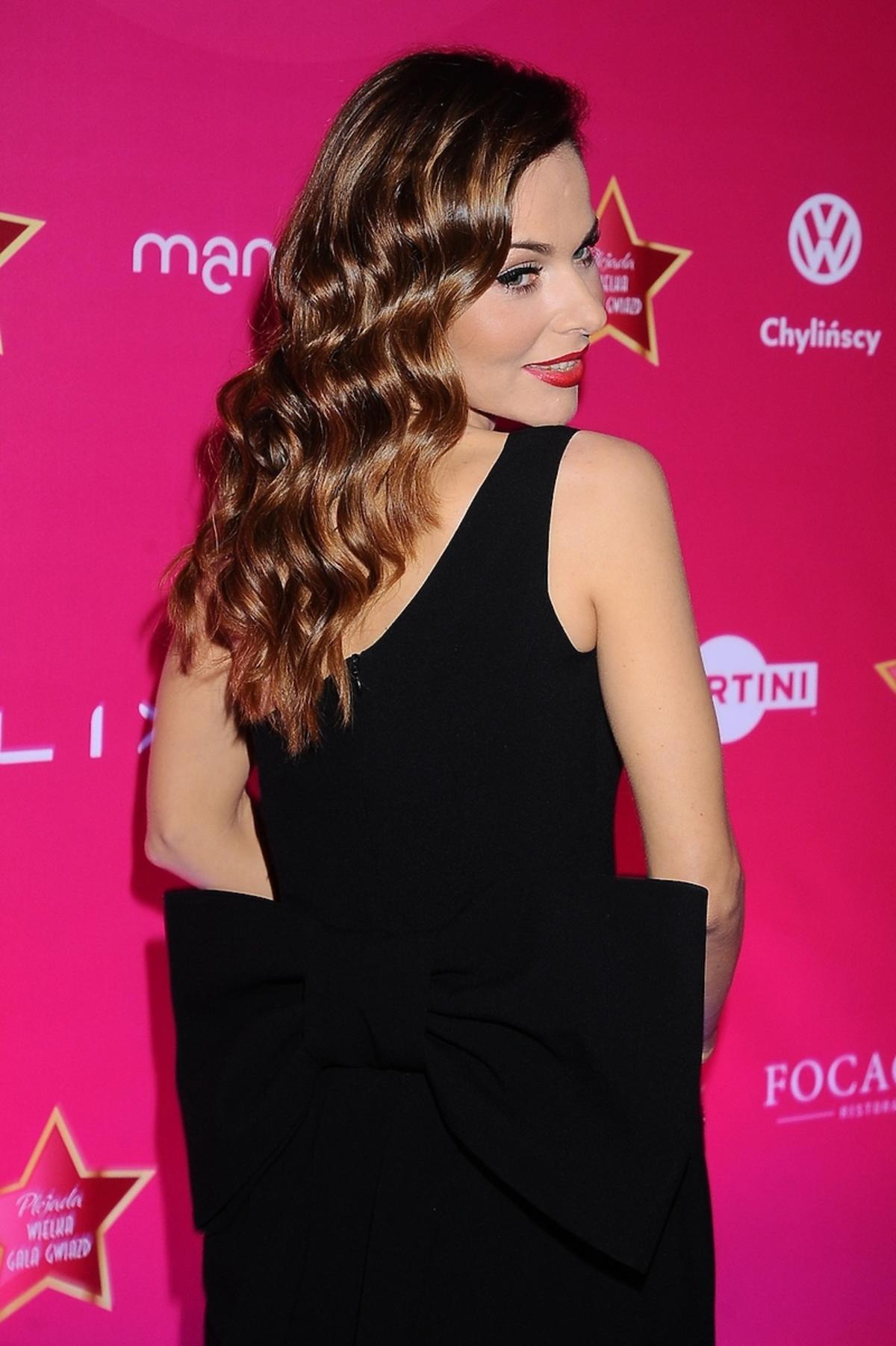 Paulina Sykut w czarnej sukni z kokardą z tyłu