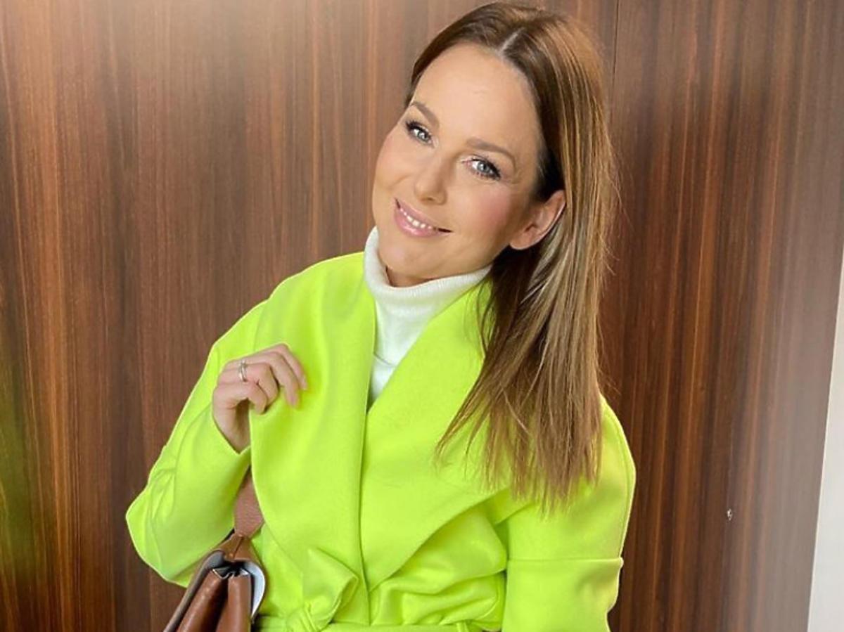 Paulina Sykut w neonowym płaszczu