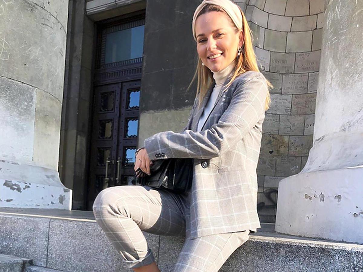 Paulina Sykut w szarym garniturze