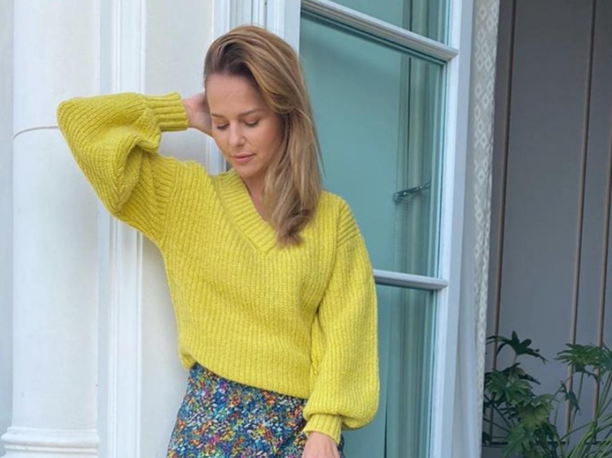 Paulina Sykut w żółtym swetrze