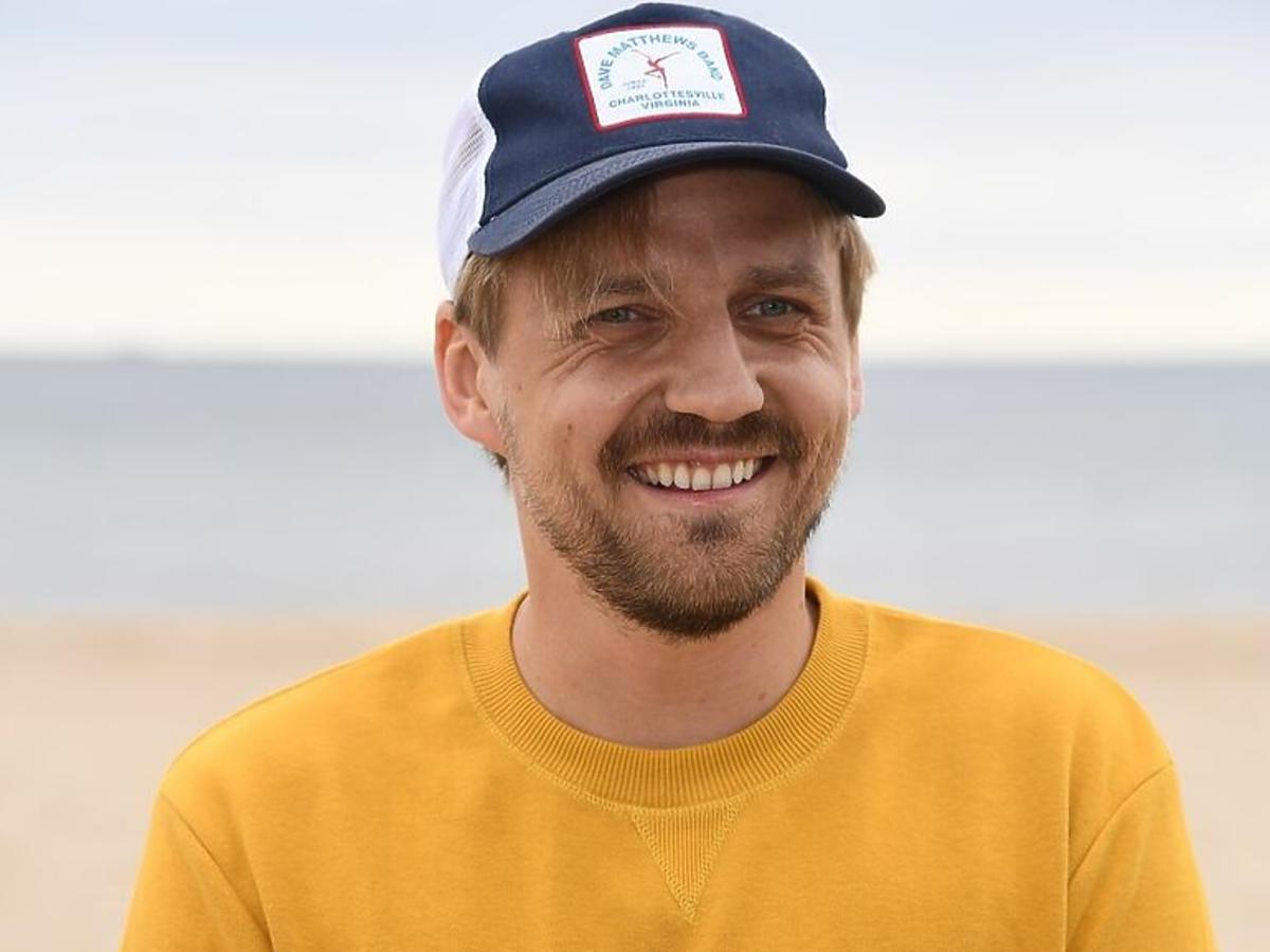 Paweł Domagała na plaży w Sopocie