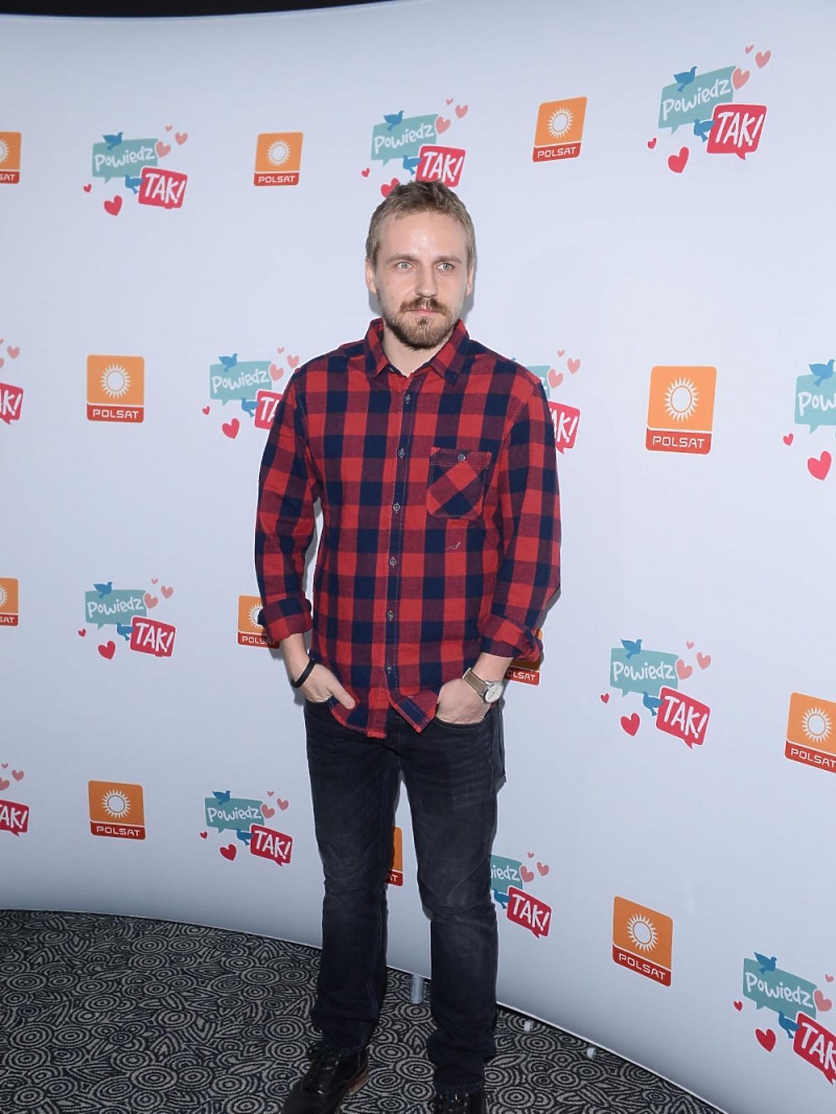 Paweł Domagała w koszuli w kratę