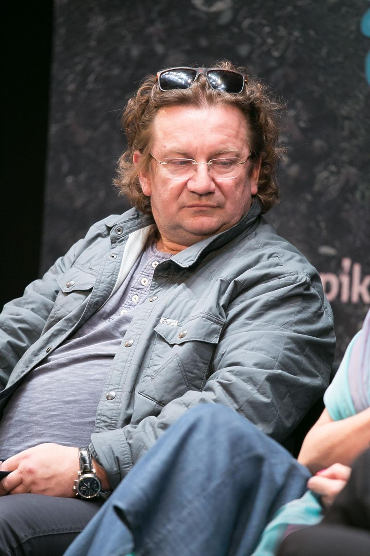 Paweł Królikowski w szarej kurtce