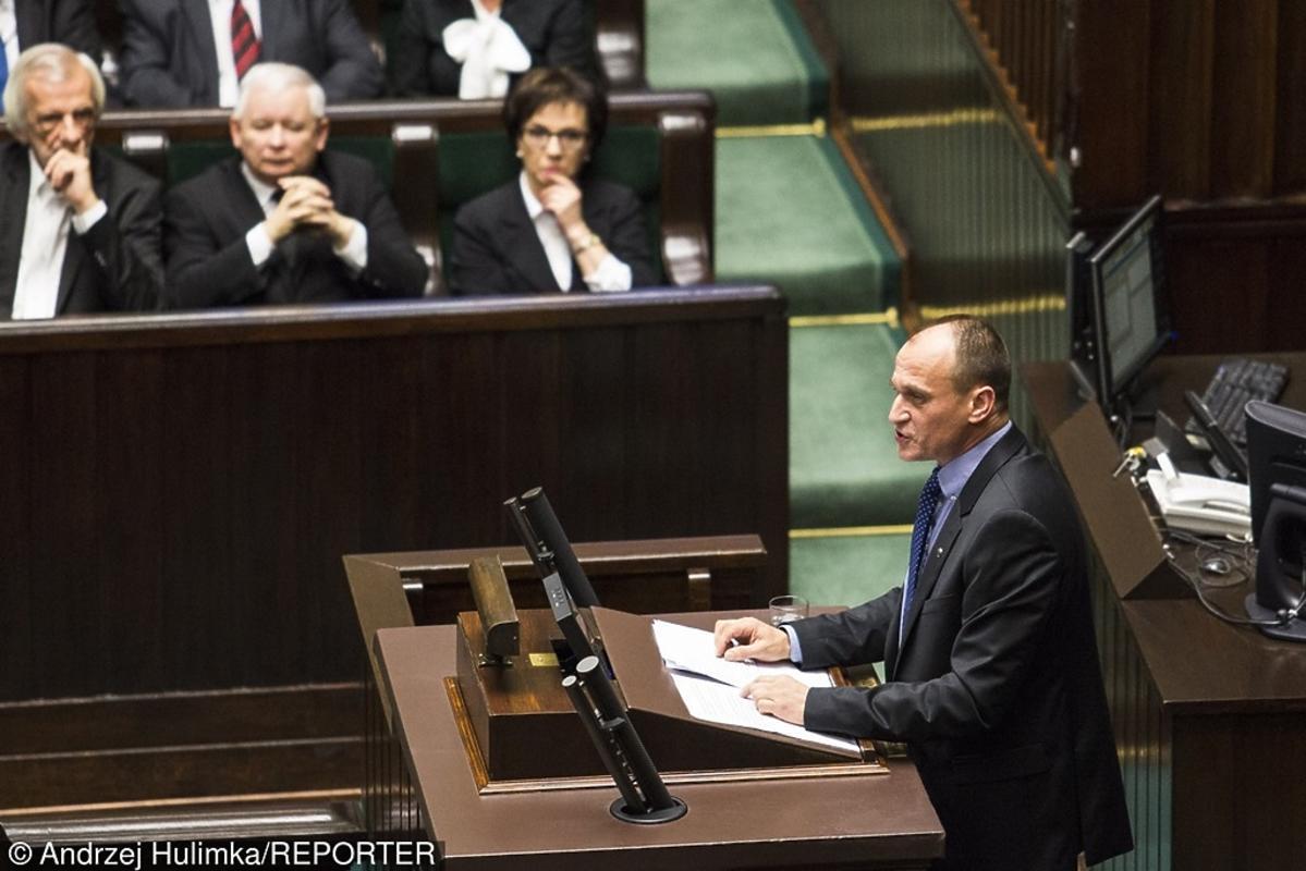 Paweł Kukiz w krawacie w groszki
