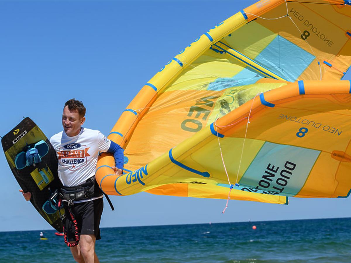 Paweł Ławrynowicz na kitesurfingu