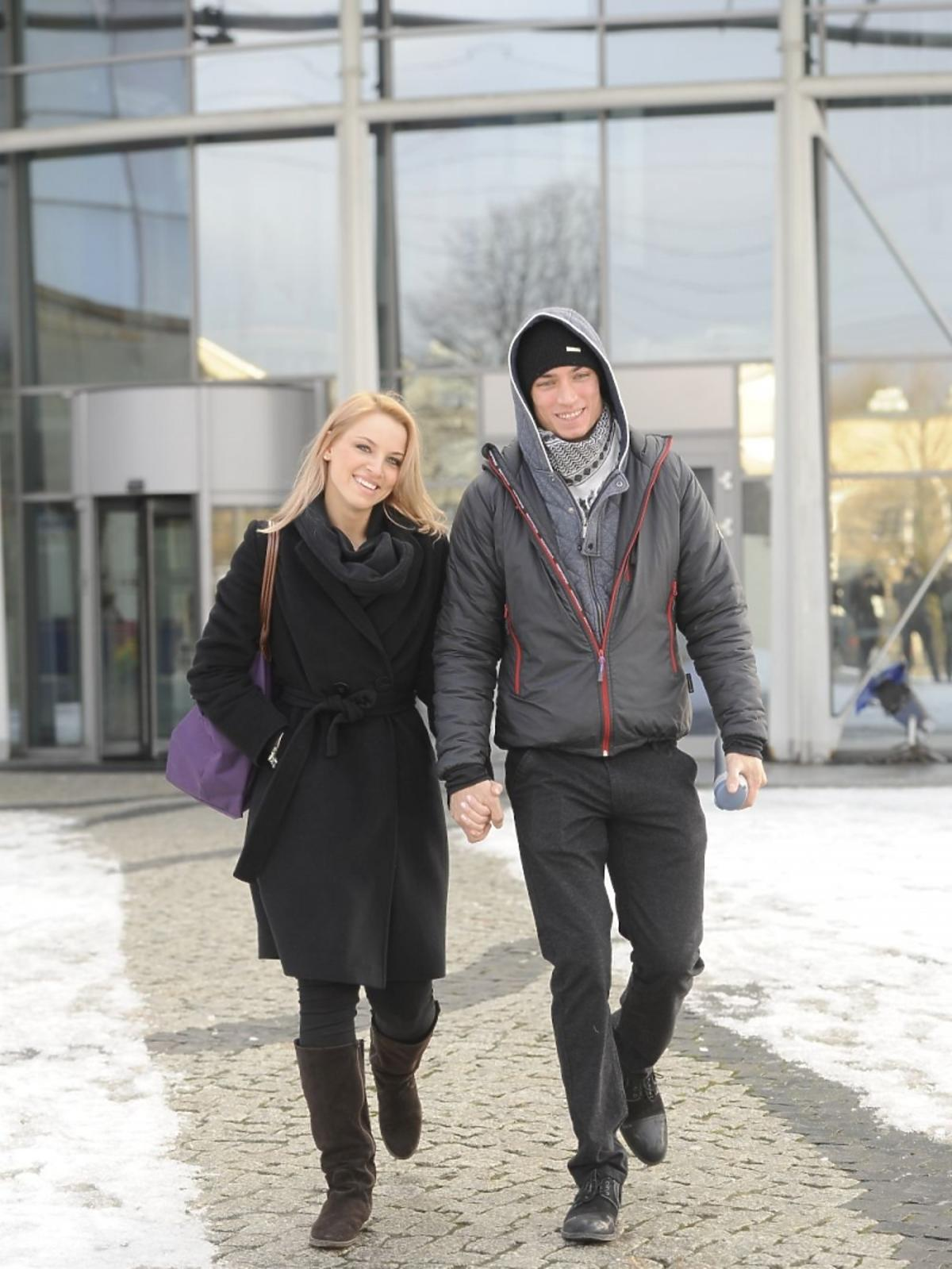 Paweł Staliński i Paulina Janicka pod studiem TVP