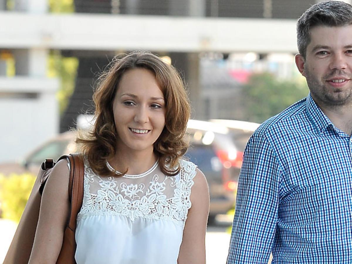 Paweł Szakiewicz w niebieskiej koszuli, Martyna Szakiewicz w białych spodniach