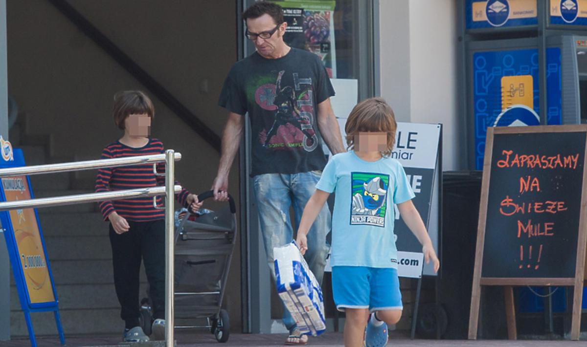 Paweł Wilczak z synami na zakupach