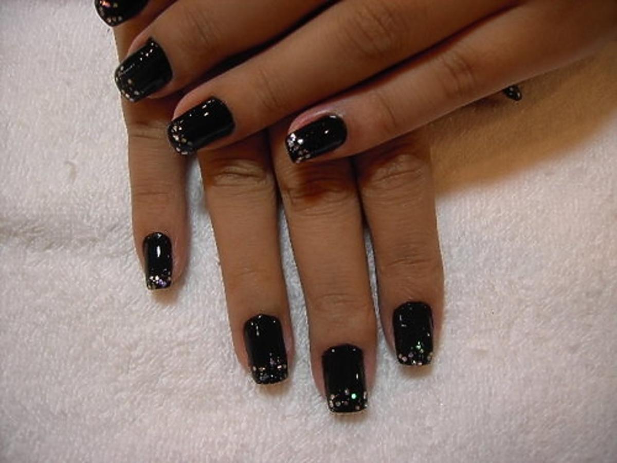 paznokcie pomalowane na czarno