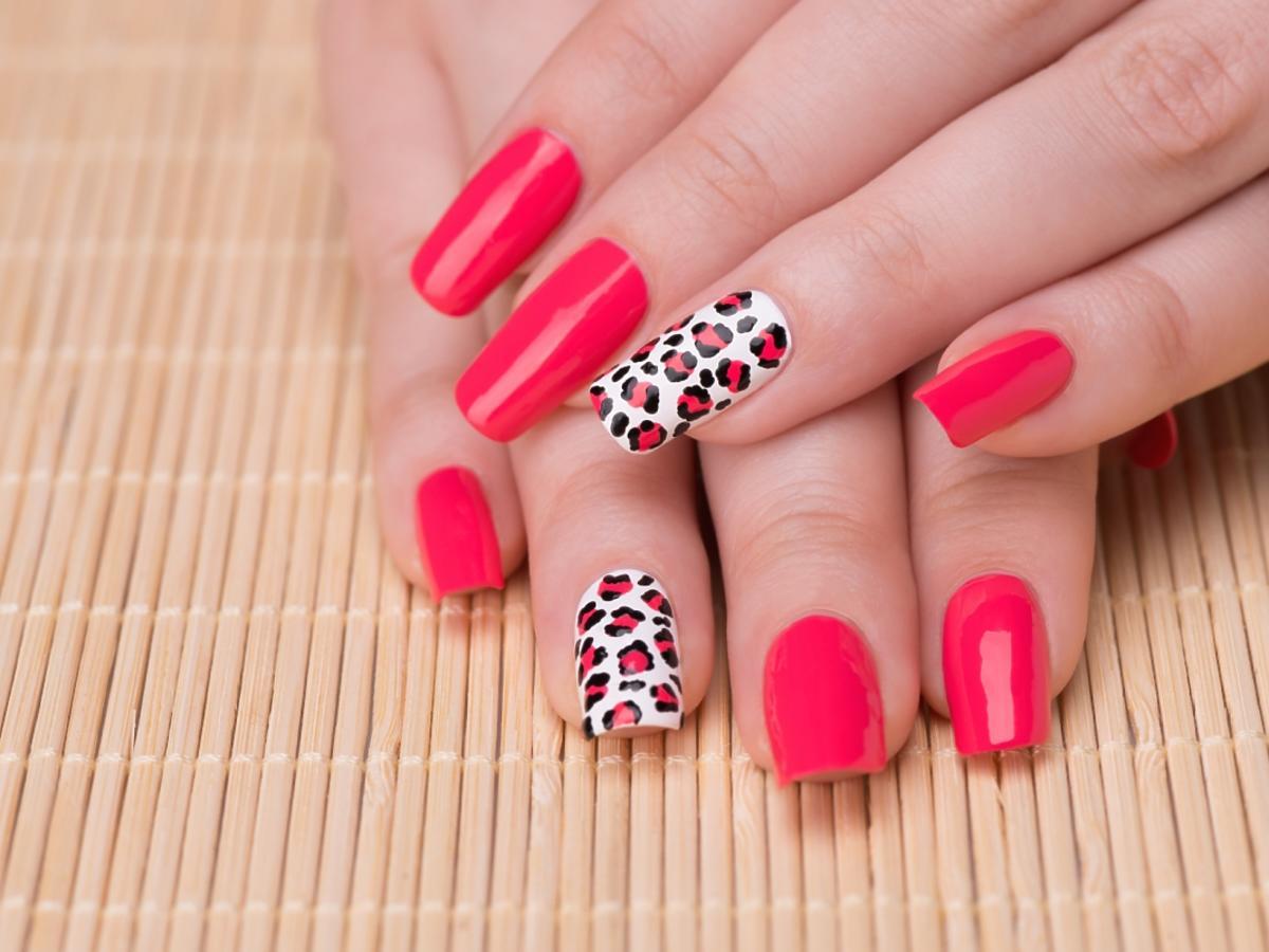 paznokcie pomalowane na różowo i w panterkowy wzór