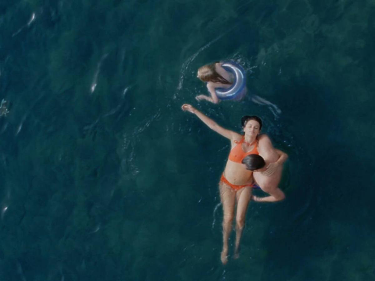 Penelope Cruz w bikini pływa w ciąży