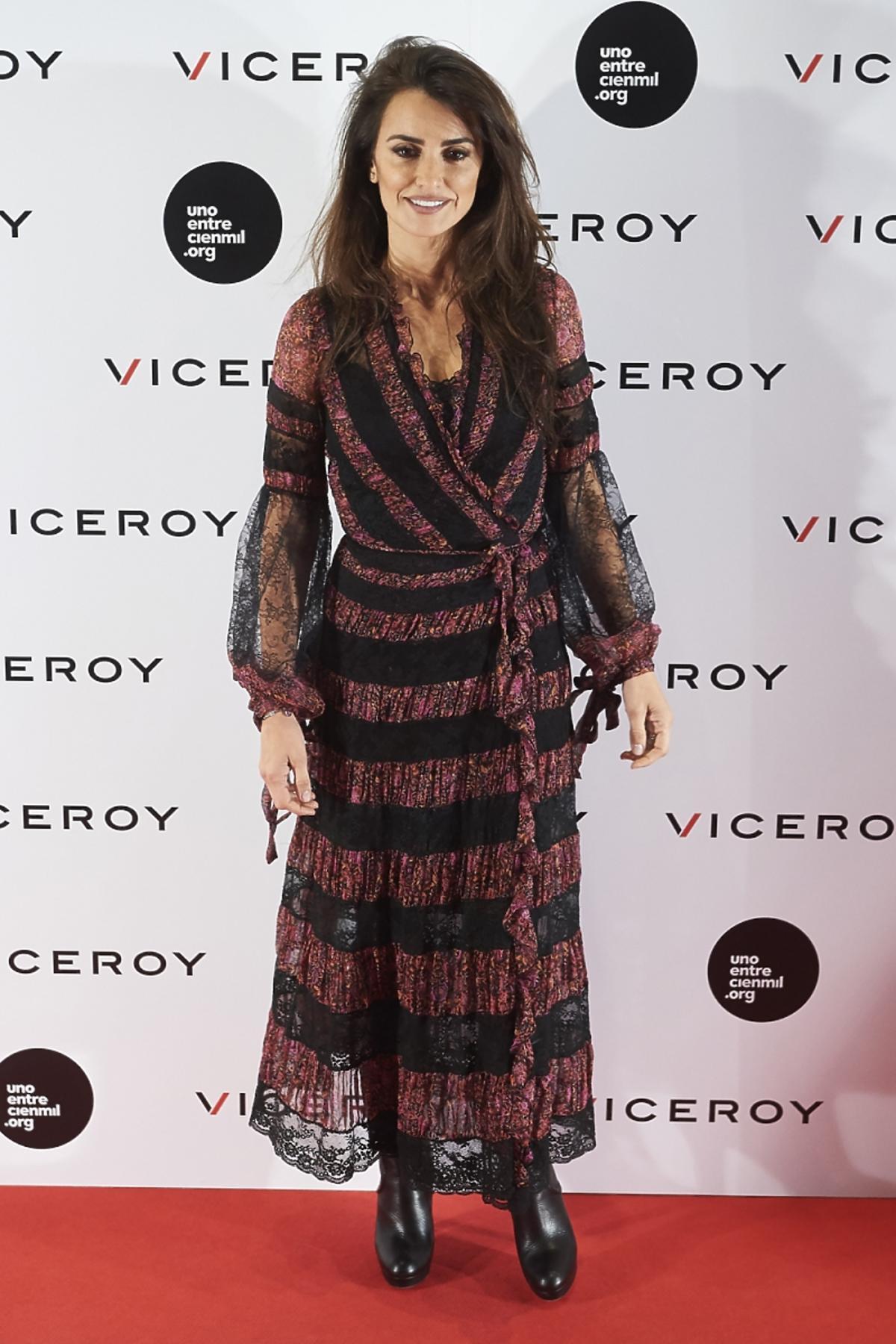 Penelope Cruz w Czarno-bordowej sukienkce we wzory