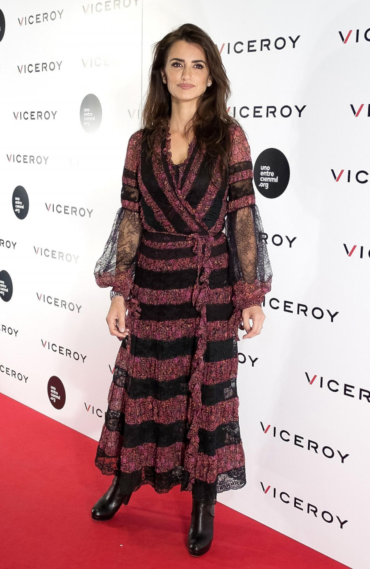 Penelope Cruz we wzorzystek czarno-bordowej sukienkce wiązanej w pasie
