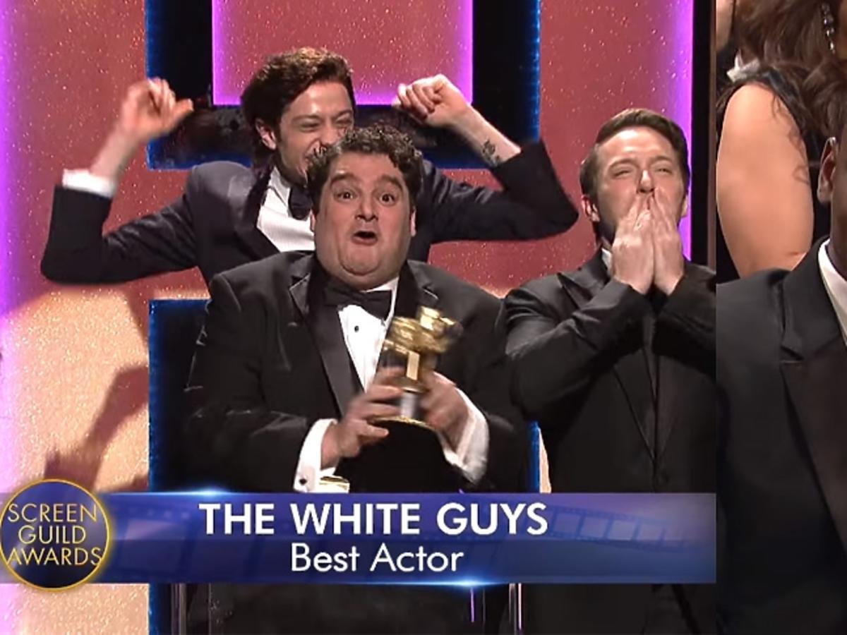 Pięciu białych mężczyzn celebruje zdobycie nagrody
