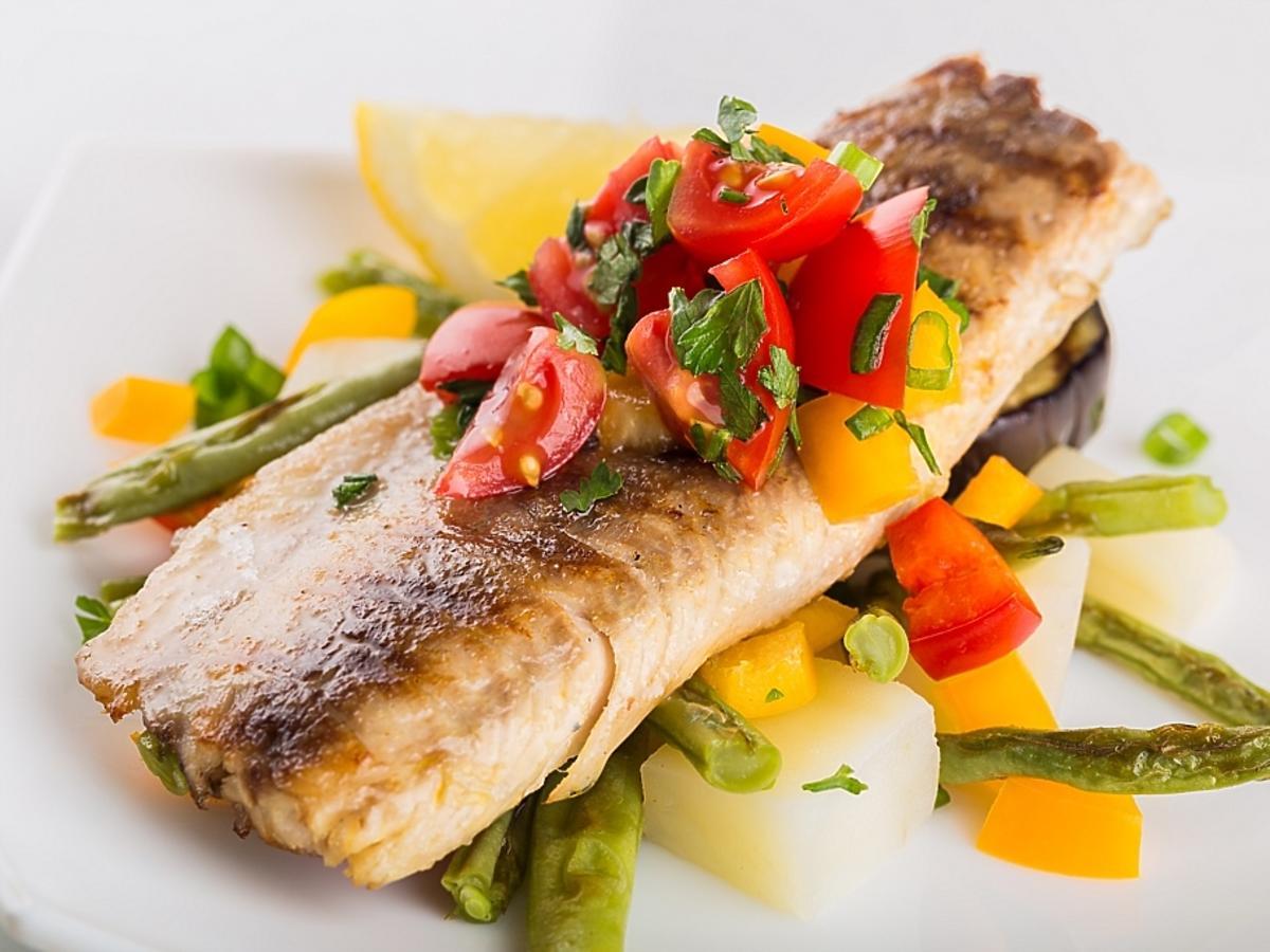 Pieczona ryba i mieszanka warzyw