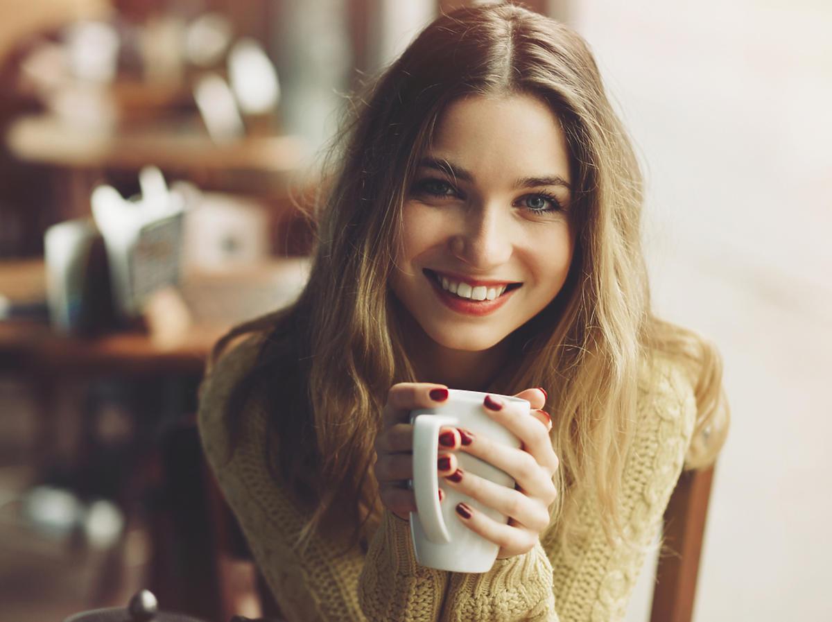 Piękna kobieta pije kawę
