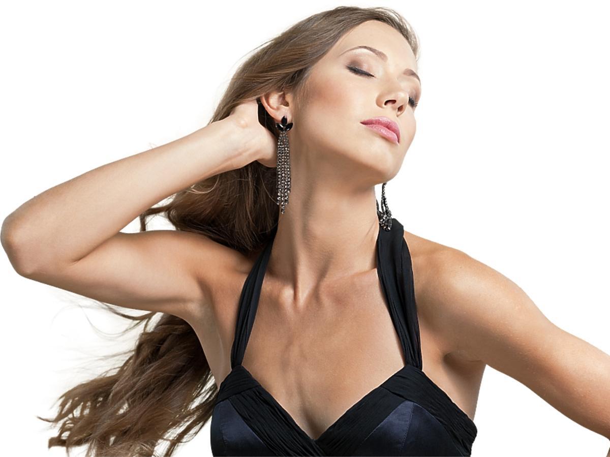 Piękna kobieta z długimi, zadbanymi włosami