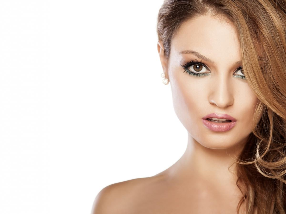 piękna kobieta z fryzurą na bok