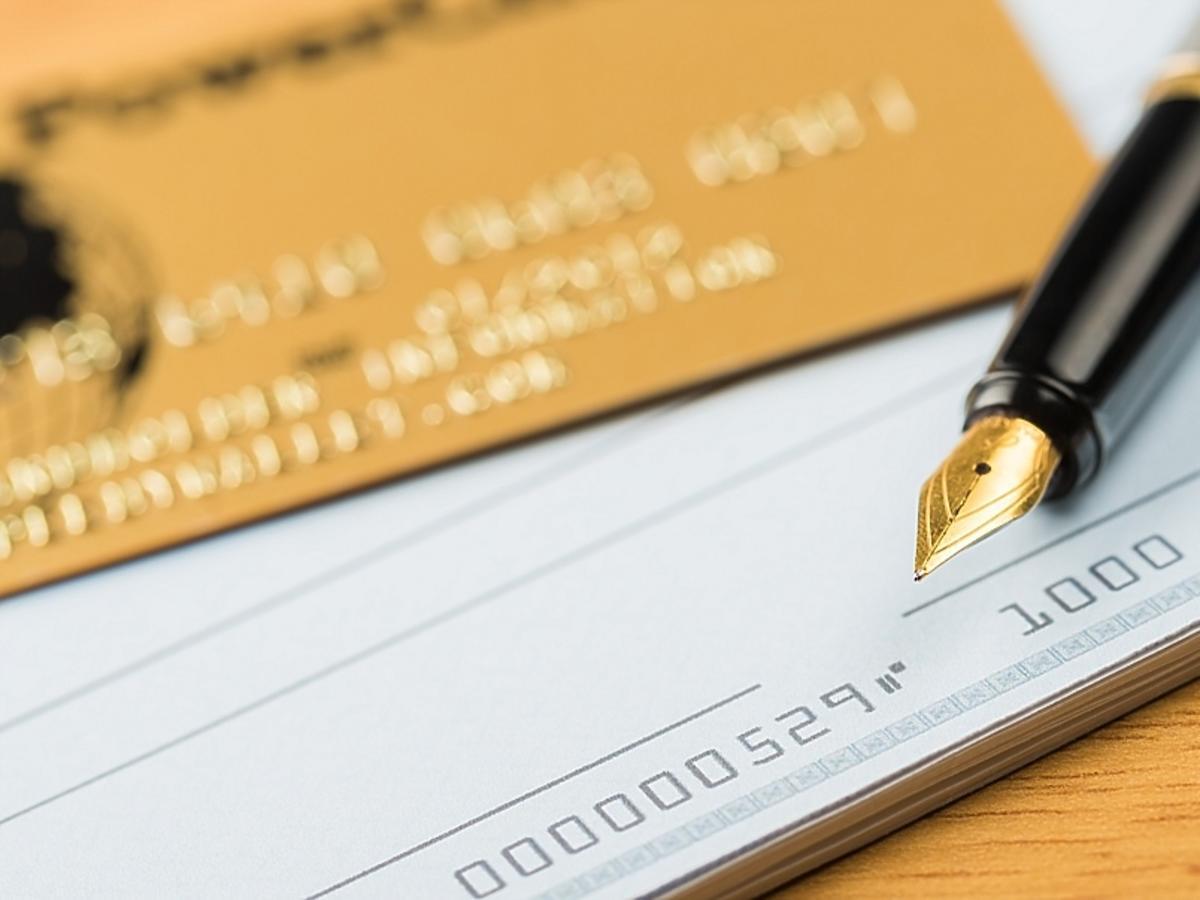 pióro, czek i karta płatnicza