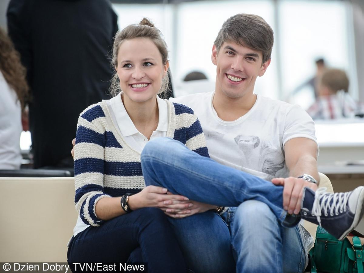 Piotr Chrapkowski siedzi z żoną w studio telewizyjnym